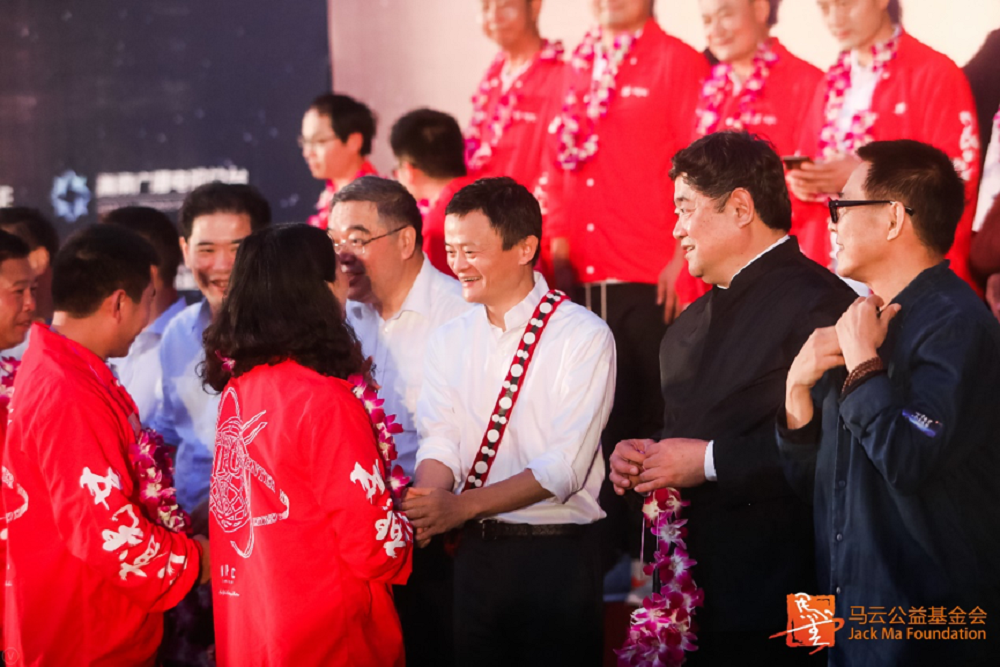 2019年初舉辦的第四屆鄉村教師頒獎典禮中,馬雲為獲獎的鄉村教師頒獎。