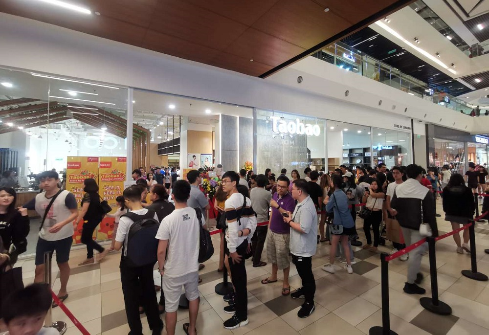 馬來西亞首個淘寶實體店開幕首日,即成為當地新打卡點,一日內吸引約一萬客流量。