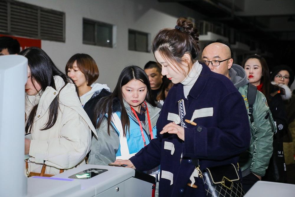 大麥網購票用戶可通過大麥網自主研發的閘機設備核驗入場,人均核驗時間為1秒以內。由於電子票提前緩存到用戶手機,現場即使出現斷網情況,核驗也不會受影響。