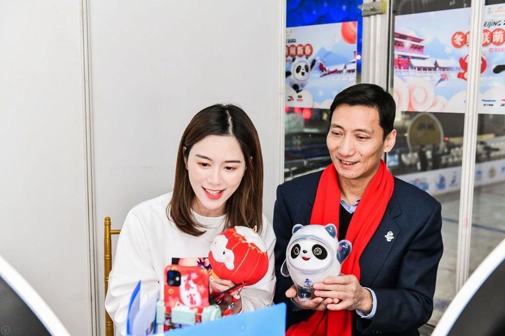 北京冬奧組委市場開發部副部長顧灝寧(圖右)擔任直播間的嘉賓,推薦北京冬奧會及冬季殘奧會的吉祥物。