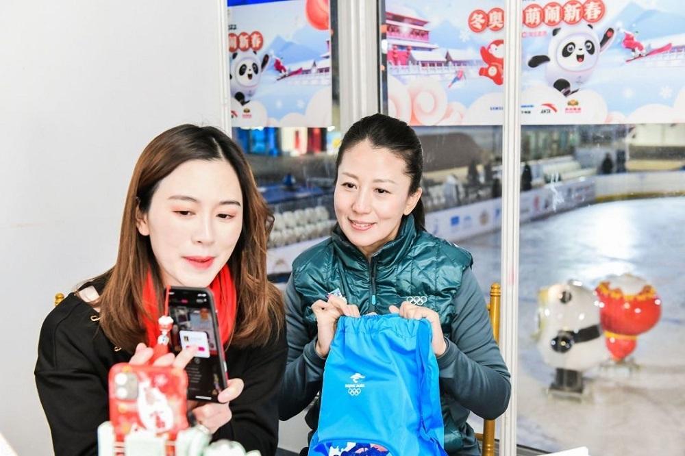 中國首個冬奧冠軍大揚揚(圖右)在淘寶主播「烈兒寶貝」(圖左)的直播活動上,分享自己參加冬奧會的經歷。