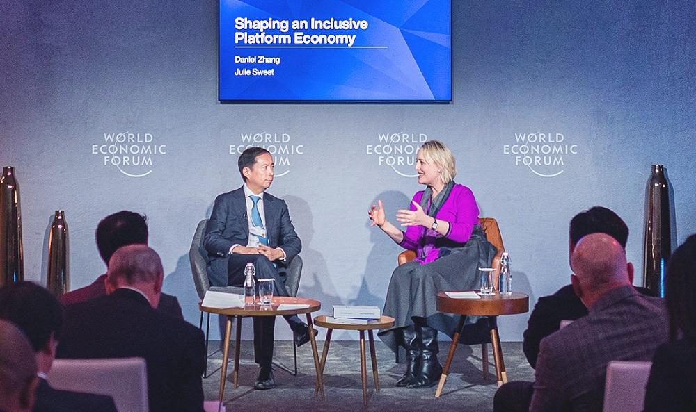 阿里巴巴集團董事局主席兼首席執行官張勇與Accenture行政總裁Julie Sweet(紫衫者),在世界經濟論壇年會上討論「打造普惠平台經濟」。