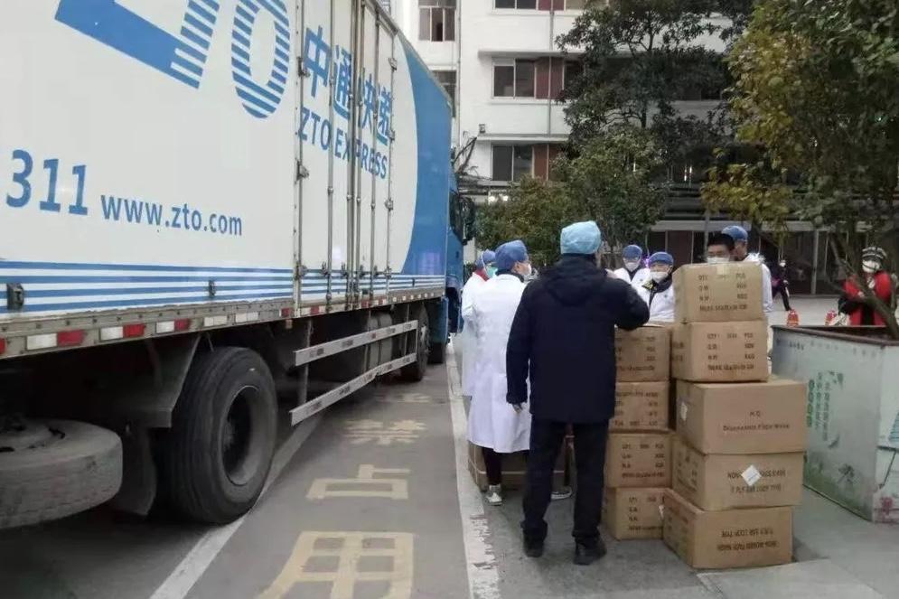 菜鳥聯合30多家物流企業開通「菜鳥綠色通道」,免費從各地運輸社會捐贈的救援物資,支援疫情嚴峻的地區。