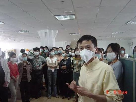 圖為2003年非典型肺炎肆虐時期,阿里巴巴集團創辦人兼合伙人之一馬雲向員工講解情況