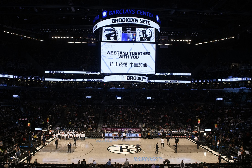 NBA布魯克林籃網隊在主場比賽期間,為抗擊新型冠狀病毒疫情加油
