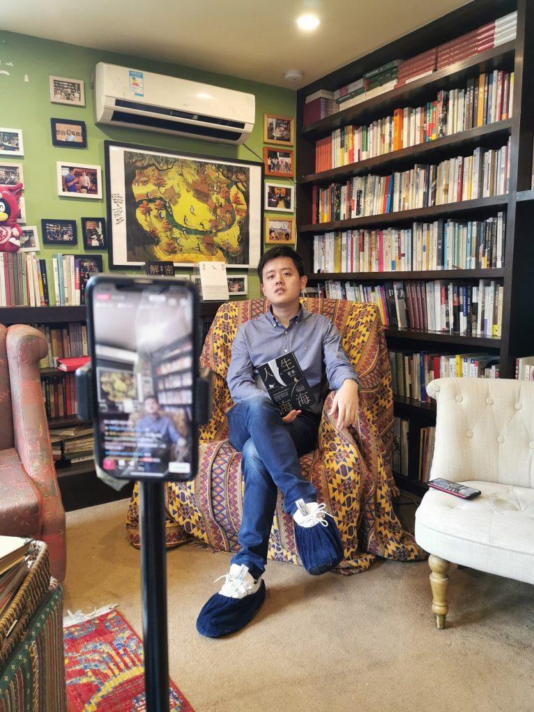 麥家理想谷店長周佳駿會在直播期間邊介紹書籍,邊分享閱後感。