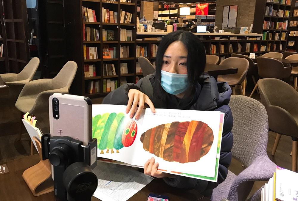 「鍾書閣」泰晤士小鎮店的店長陶舒婷向淘寶直播間的觀眾,介紹各類不同的書藉內容。