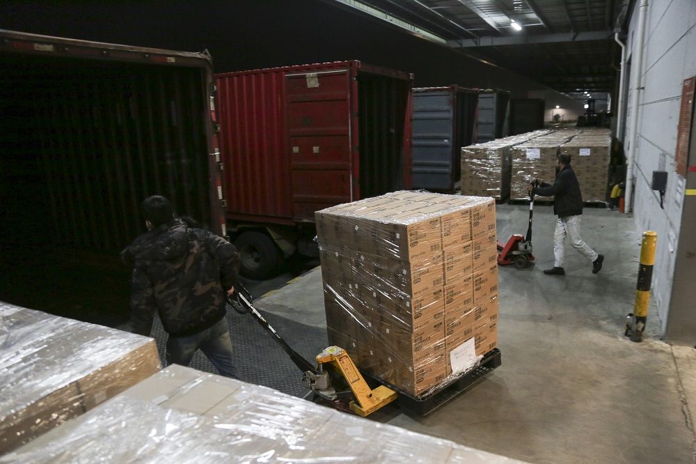 馬雲公益基金會及阿里巴巴公益基金會向美國捐贈50萬份新型冠狀病毒檢測試劑盒及100萬個口罩。