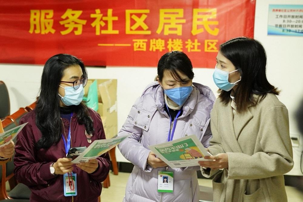 杭州上城區西牌樓社區居委會早前和衛生服務中心的醫生與工作人員,一同探訪轄區內的慢性病患。
