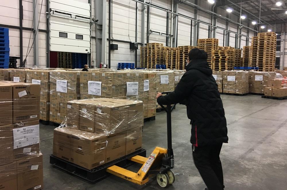 捐予南韓的100萬口罩由馬雲公益基金會及阿里巴巴公益基金會經多方籌措而來,送抵南韓後會交由南韓紅十字會送到最需要的人手中。