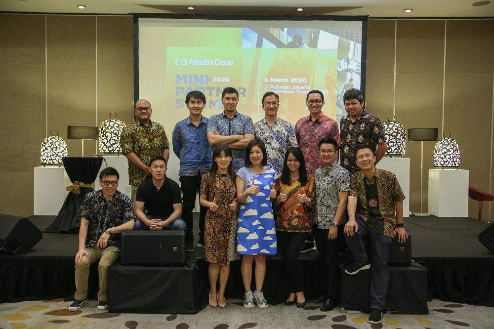 Jessie Yu(前排左三)表示,感激在懷孕及產後復工期間得到上司及團隊的關懷和支持,為她增添克服困難的力量。