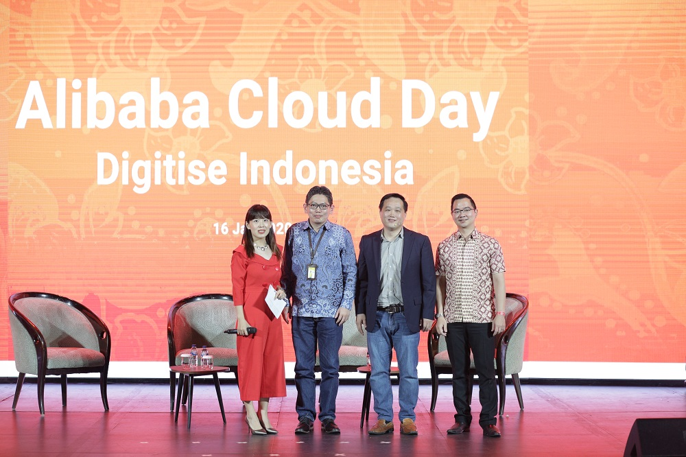 Jessie Yu(左一)今年初出席印尼阿里雲日活動時,與雲產品客戶合照。