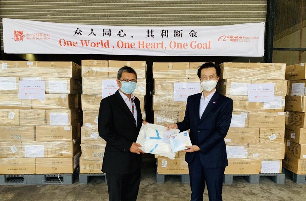 Lazada馬來西亞首席執行官周南(圖右)向馬來西亞國家災害管理局代表確認抗疫物資正式交付。