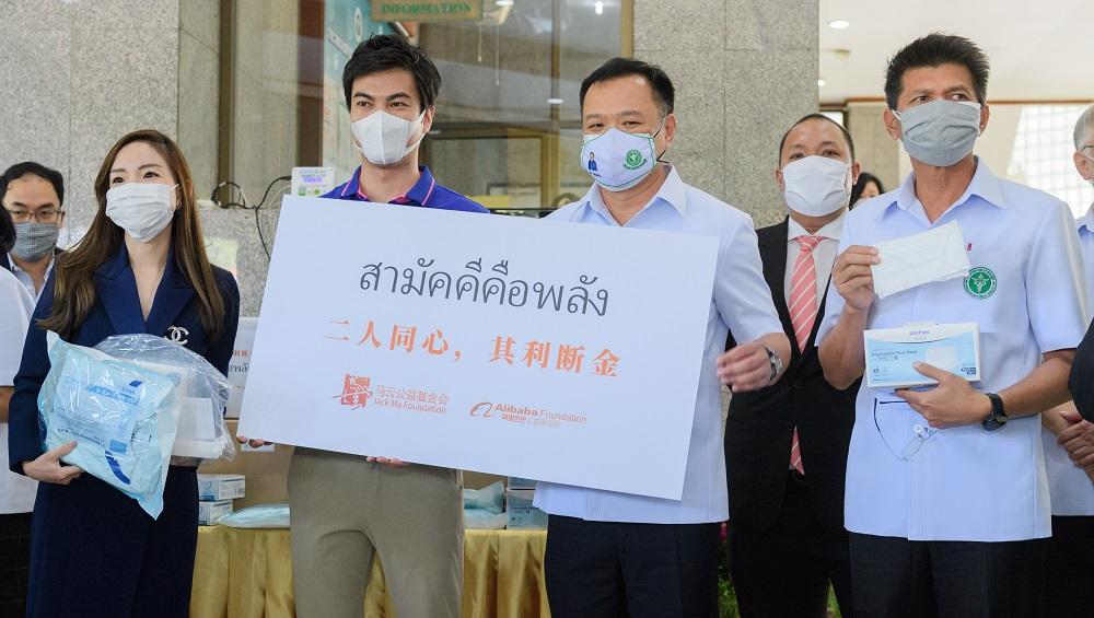 Lazada泰國首席執行官董錚(前排左二)代表馬雲公益基金會及阿里巴巴公益基金會,向泰國副總理兼公共衛生部長Anutin Charnvirakul(前排左三)遞上「二人同心,其利斷金」字樣的紙牌,確認兩家公益基金會向泰國捐贈的抗疫物資正式交付。