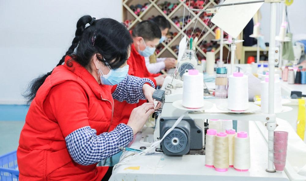 廣東番禺南村鎮上的服裝工廠工人已經有序復工。