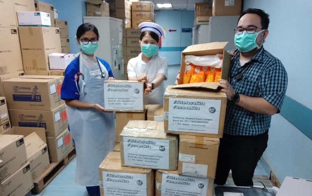 馬來西亞吉隆坡的醫護人員收到來自阿里巴巴商學院校友們協調配送的抗疫物資。