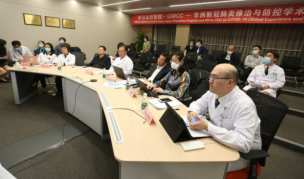 中國醫學專家及醫護人員亮相位於北京的中日友好醫院,為非洲醫學界解答抗疫疑難。