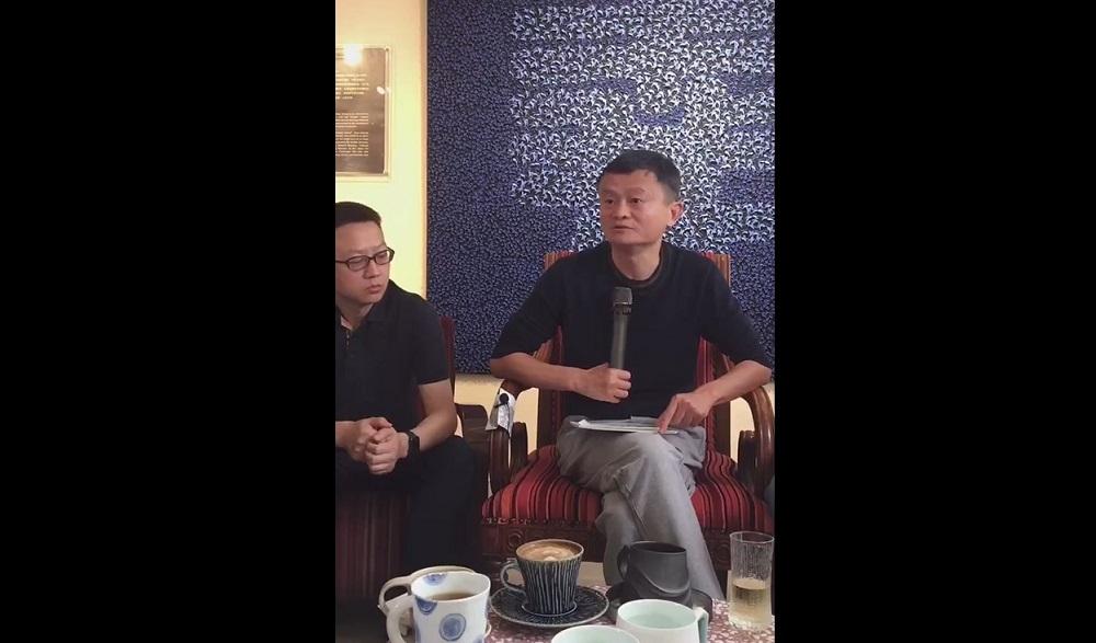 阿里巴巴集團創始人馬雲(圖右)近日到訪江西省景德鎮,透過直播與當地陶瓷手藝人及創業者交流心得。(淘寶直播截圖)