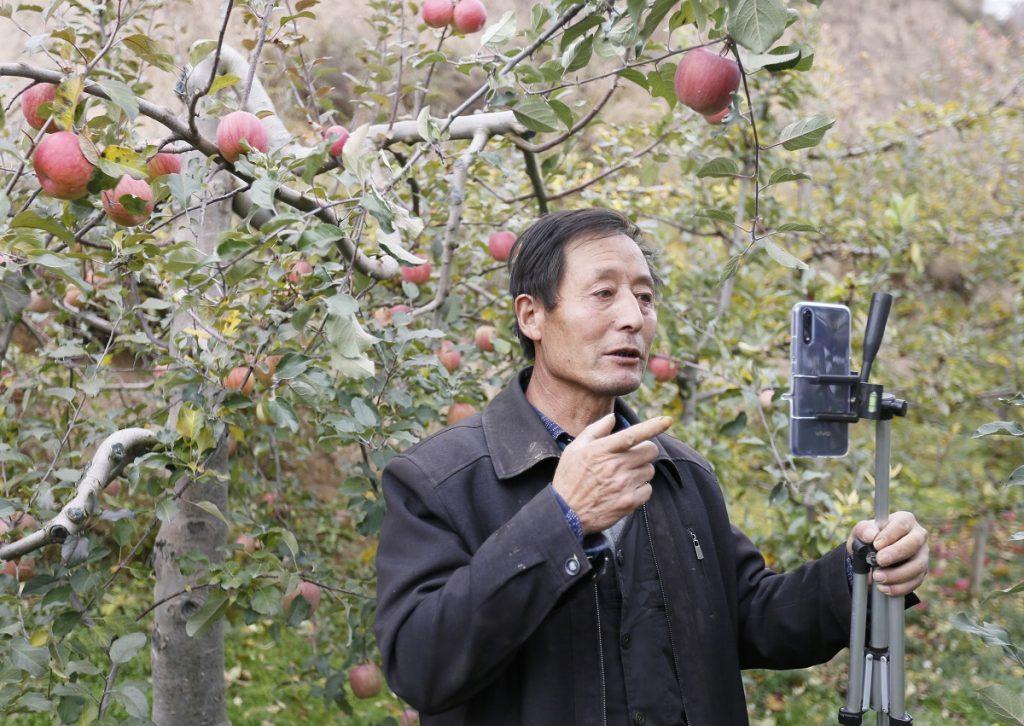 甘肅省禮縣的59歲農民張加成,近年轉型成為淘寶主播,推銷家鄉盛產的蘋果。