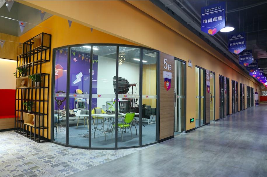 位於廣西壯族自治區南寧的Lazada首個跨境電商創新服務中心近日正式啟用,為中國西南一帶的中小商家提供一站式的外語直播服務,迎合泰國、馬來西亞、印尼、越南等東南亞國家市場的直播潮流。